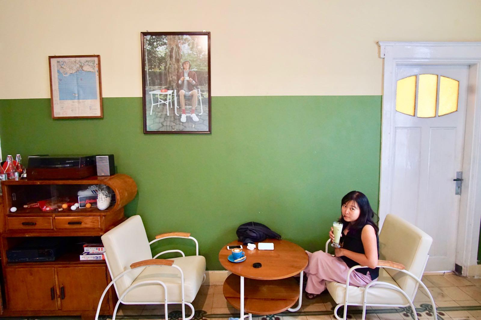 Mr Guan, Bandung Inside